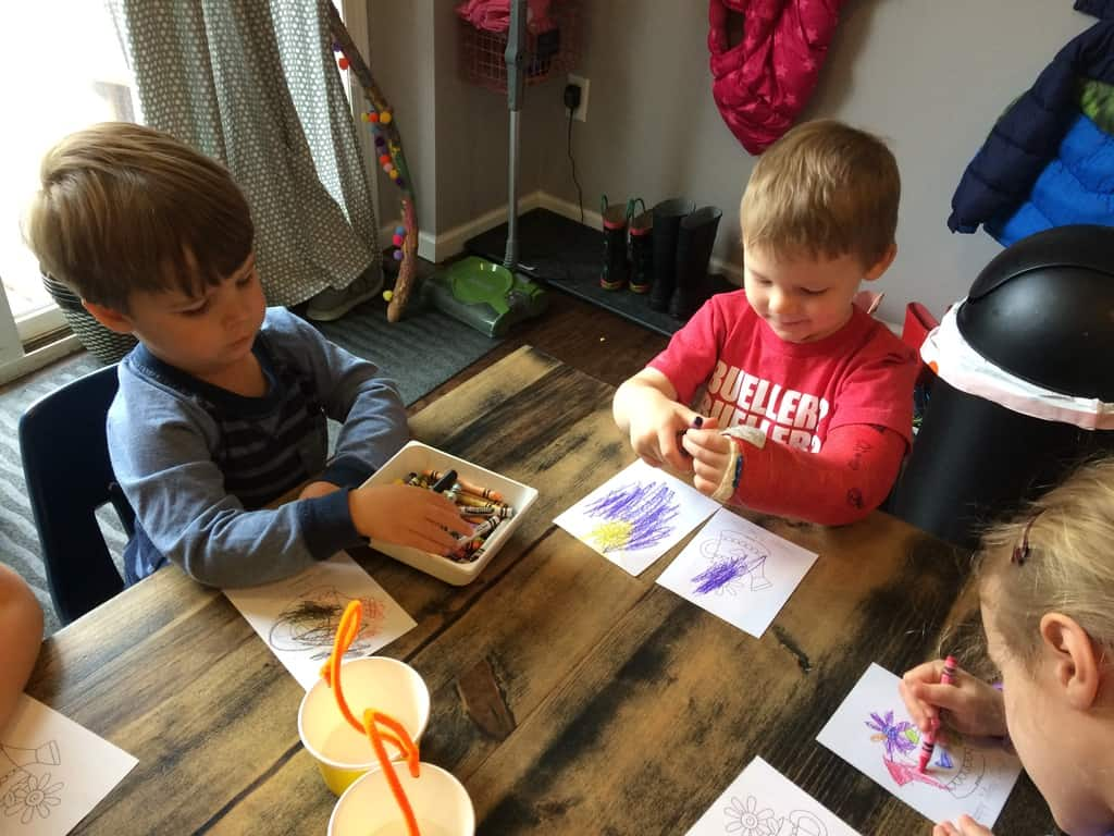 2 boys coloring cards with crayons